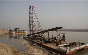淘金船在河流工作