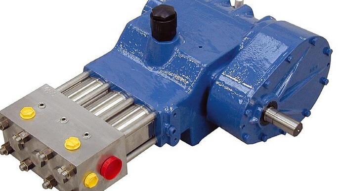 柱塞泵使用寿命的长短,与平时的维护保养,液压油的数量和质量,油液清洁度等有关。避免油液中的颗粒对柱塞泵磨擦副造成磨损等,也是延长柱塞泵寿命的有效途径。   在维修中更换零件应尽量使用原厂生产的零件,这些零件有时比其它仿造的零件价格要贵,但质量及稳定性要好,如果购买售价便宜的仿造零件,短期内似乎是节省了费用,但由此出带来了隐患,也可能对柱塞泵的使用造成更大的危害。