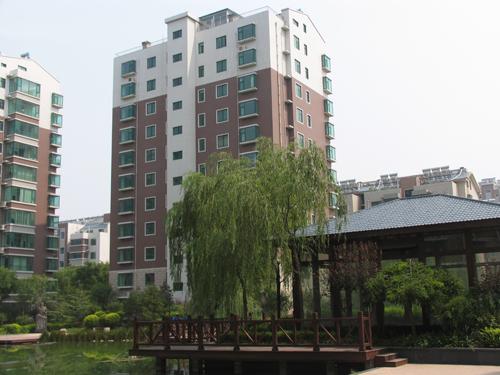 24-骨干职工配备市区高档住房.JPG